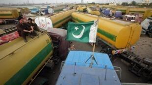 រថយន្តដឹកប្រេងរបស់អូតង់ កំពុងចត នៅក្នុងទីក្រុង Karachi ប្រទេសប៉ាគីស្ថាន