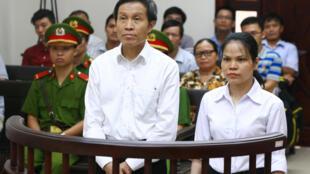 Blogger Anh Ba Sàm tức Nguyễn Hữu Vinh và bà Nguyễn Thị Minh Thúy trước tòa phúc thẩm Hà Nội ngày 22/09/2016.