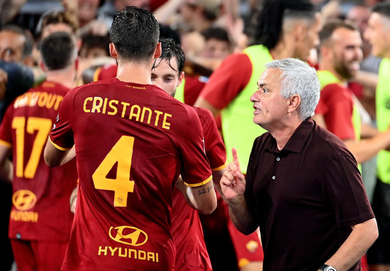 L'entraîneur de l'AS Rome Jose Mourinho donne des consignes à ses joueurs opposés à Sassuolo au stade olympique, le 12 septembre 2021