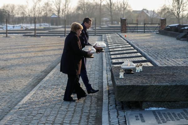 در اردوگاه آشویتس بیش از یک میلیون نفر جان خود را از دست دادند.