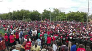 Des milliers de personnes ont manifesté contre un projet de référendum constitutionnel qui donnerait selon eux trop de pouvoirs au président Ibrahim Boubacar Keita. A Bamako, le 15 juillet 2017.