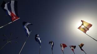 Bandeiras da Espanha(0 dir.) e de outros países participantes da Cúpula Ibero-Americana, em Cádiz, na Espanha.