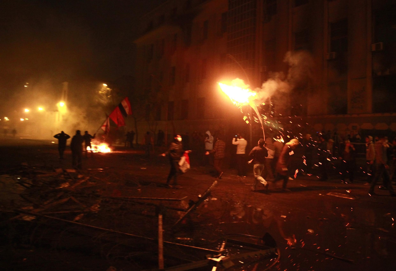 Манифестанты у здания министерства внутренних дел Египта в Каире 2 февраля