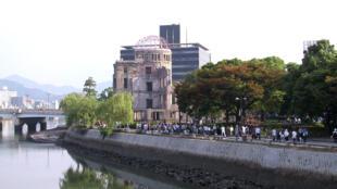 Japoneses visitam o Memorial da Paz de Hiroshima, uma das poucas construções que restaram de pé  após a bomba atômica.