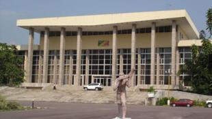 Vue extérieure du palais du Parlement du Congo-Brazzaville.
