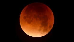 """នៅពេលដែលស្រមោលផែនដីគ្របពេញពីលើ ព្រះចន្ទនឹងមានពណ៌ក្រហម ដែលគេច្រើនហៅថា """"Blood Moon"""""""