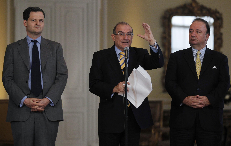 Humberto de la Calle, el jefe negociador del Gobierno colombiano, habla a la prensa antes de viajar a Cuba, junto a los negociadores Sergio Jaramillo y Luis Carlos Villegas, ayer 4 de diciembre de 2012.