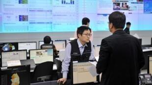 Các nhân viên Cơ quan Anh ninh mạng Hàn Quốc (KISA) kiểm tra hệ thống sau một vụ tấn công tin học ngày 20/3/2013.