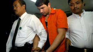 Rodrigo Gularte (centro), brasileiro condenado à morte na Indonésia por tráfico de drogas.