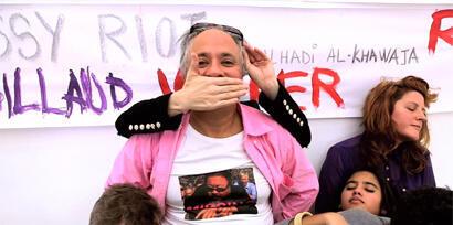 Кадр из клипа Аниша Капура с надписью Pussy Riot на стене