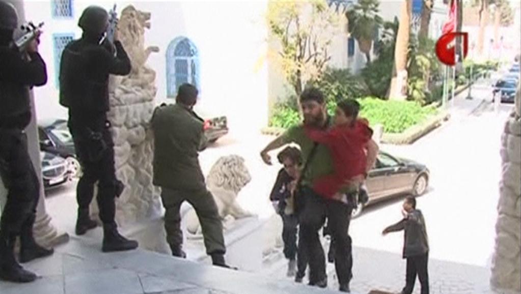 Hii picha ilizochukuliwa kutoka video ya televisheni ya Tunisia inaonyesha mtalii mmoja akijificha, huku polisi ikizingira makavazi ya Bardo Machi 18 mwaka 2015.