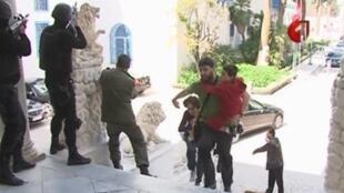 Imagem da tevê tunisiana mostra ação da polícia durante o ataque ao Museu do Bardo.