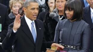 Le président Barack Obama, aux côtés de son épouse Michelle, prête serment sur la Bible. Washington, le 21 janvier 2013.