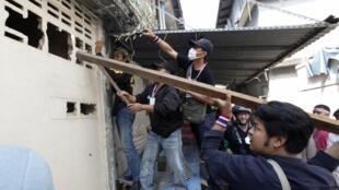 Opositores tentam entrar em prédio abandonado de onde a bomba teria sido atirada