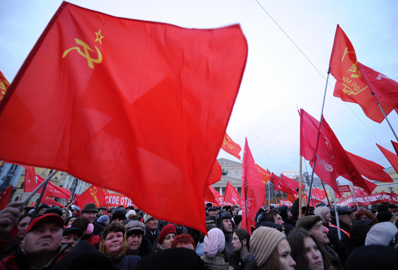 Акция сторонников КПРФ у Большого театра в Москве, 7 ноября 2011 года.