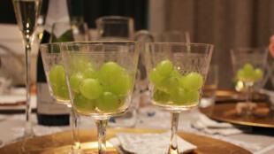 Na Espanha se prepara uvas e para cada badalada da meia-noite se come um gomo garantindo o sucesso e a fartura no ano que começa..