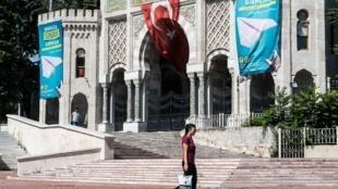 Devant l'université d'Istanbul où plusieurs fonctionnaires ont été limogés.