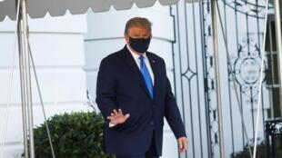 Le président américain Donald Trump se dirigeant vers l'hélicoptère Marine One qui doit l'emmener au centre médical Walter Reed, le 2 octobre 2020.