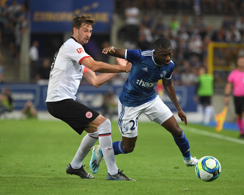 L'attaquant de Strasbourg Kévin Lucien Zohi à la lutte avec le défenseur David Abraham, le 22 août 2019.