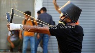 یک جوان تظاهرکننده در بغداد.