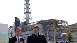 Генеральный секретарь ООН Пан Ги Мун выступает перед журналистами в ходе визита на Чернобыльскую АЭС вместе с Виктором Януковичем и гендиректором МАГАТЭ Юкия Амано 20/04/2011