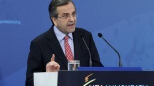 Premiê Antonis Samaras fala para deputados conservadores, neste domingo.