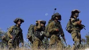 Soldados israelíes patrullan para buscar a los adolescentes desaparecidos ceraca de Hebrón, el 17 de junio de 2014.