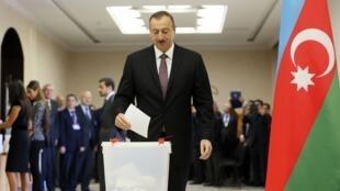 Действующий президент Азербайджана Ильхам Алиев на избирательном участке, 9 октября 2013
