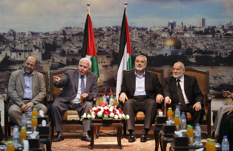 Kiongozi mkuu wa chama cha Hamas Moussa Abu Marzouk (kushoto) kiongozi mkuu wa chama cha Fatah Azzam Al-Ahmed (wapili kushoto) kiongozi wa serikali ya hamas Ismail Haniyeh (watatu kushoto) naibu spika  wa Bunge la Palestina  Ahmed Bahar