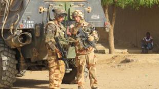 Soldats français de la force Barkhane dans le centre-ville de Gao.