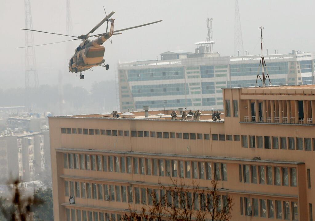 Helcopter ya jeshi la Afghanistan ikielekea kutua kweye paa la hospitali iliyovamiwa na wapiganaji wa ISIL. Machi 8, 2017, Kabul