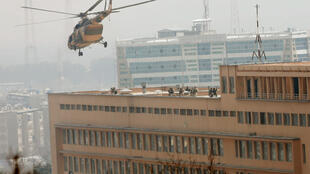 Des soldats afghans descendent d'un hélicoptère sur le toit de l'hôpital militaire de Kaboul, le 8 mars 2017, pendant l'attaque.