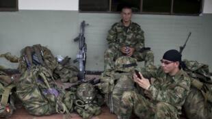Des soldats colombiens se préparent à une offensive contre les FARC dans une base du Choco.