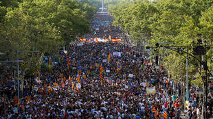 Multidão toma as ruas de Barcelona para protestar contra o jihadismo e a violência.