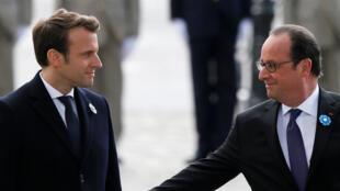 Emmanuel Macron (G) et le président sortant François Hollande lors des célébrations du 8 mai 1945.