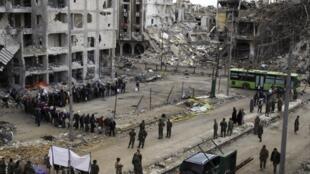 Vikosi vya rais Assad vikisimamia zoezi la kuondoka kwa waasi  katika eneo la Old City mjini Homs