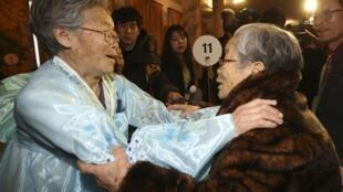Oitenta e dois idosos sul-coreanos, alguns com problemas graves de saúde, reencontraram nesta quinta-feira, 20 de fevereiro de 2014, parentes norte-coreanos no monte Kumgang,