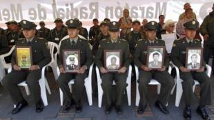 Em protesto no dia 23 de fevereiro contra os sequestros das Farc, policiais colombianos exibem imagens de colegas mantidos como reféns.