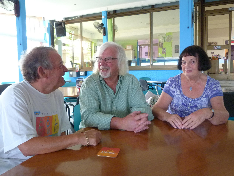 Ces trois retraités britanniques installés à Chypre ont perdu une centaine d'euros de pension mensuelle depuis le référendum sur le Brexit.