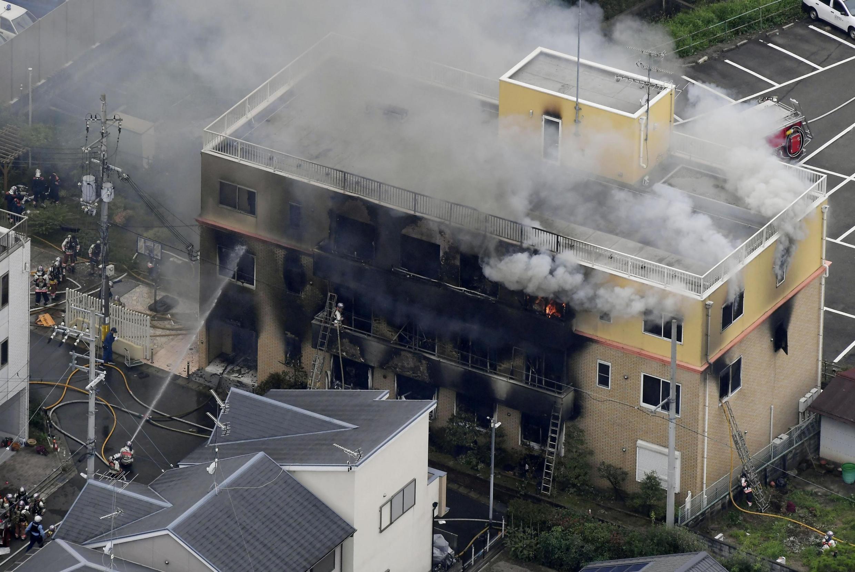 Vista aérea do edifício da Kyoto Animation, incendiado criminosamente a 18/07/2019