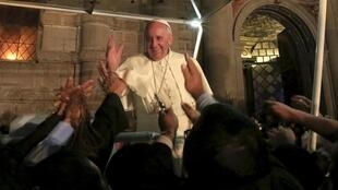 Papa Francisco cumprimenta os fiéis depois de uma reunião com membros da sociedade civil, na igreja São Francisco, em Quito, Equador.