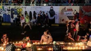 تظاهرکنندگان در خیابانهای بغداد شمع روشن میکنند. ۴ نوامبر ۲۰۱۹