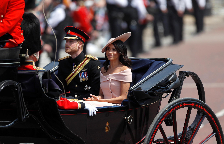 Meghan Markle fez o trajeto até o palácio de Buckingham na carruagem ao lado do príncipe Harry