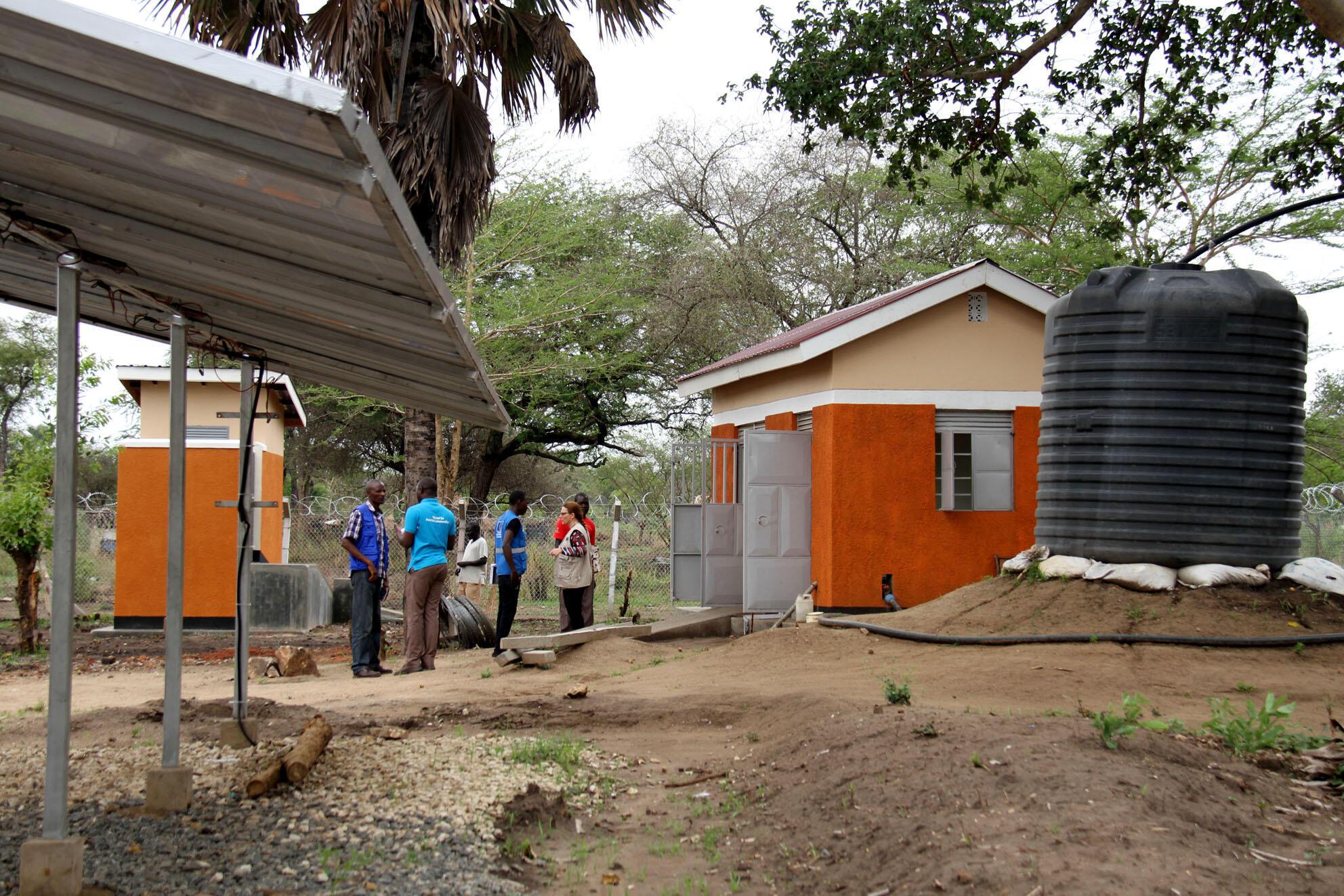 Au camp de Palorynia, un puits à alimentation hybride (solaire et fuel) alimente près de 4000 bénéficiaires en eau propre.