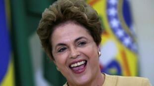 Presidente brasileira Dilma Roussef sob ameaça de destituição suspensa por Presidente interino da câmara de deputados