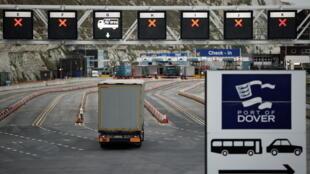 Un camion entre dans le port trans-Manche à Douvres, dans le sud-est de l'Angleterre, le 15 janvier 2021.
