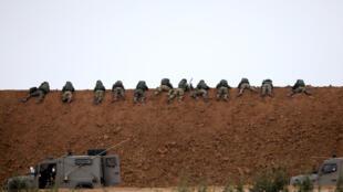 Des soldats de l'armée israélienne en position aux abords de la frontière nord de la bande de Gaza, le 30 mars 2018.