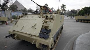 Efectivos militares y tanquetas se despliegan por Egipto.