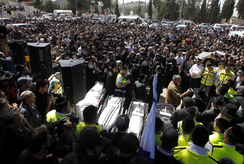 Israelenses prestam suas últimas homenagens em Jerusalém, nesta quarta-feira, durante o enterro das vítimas assassinadas em Toulouse.