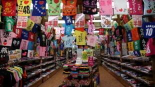 图为日本冲绳一条商业街